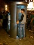 Jongeren om de urilift heen